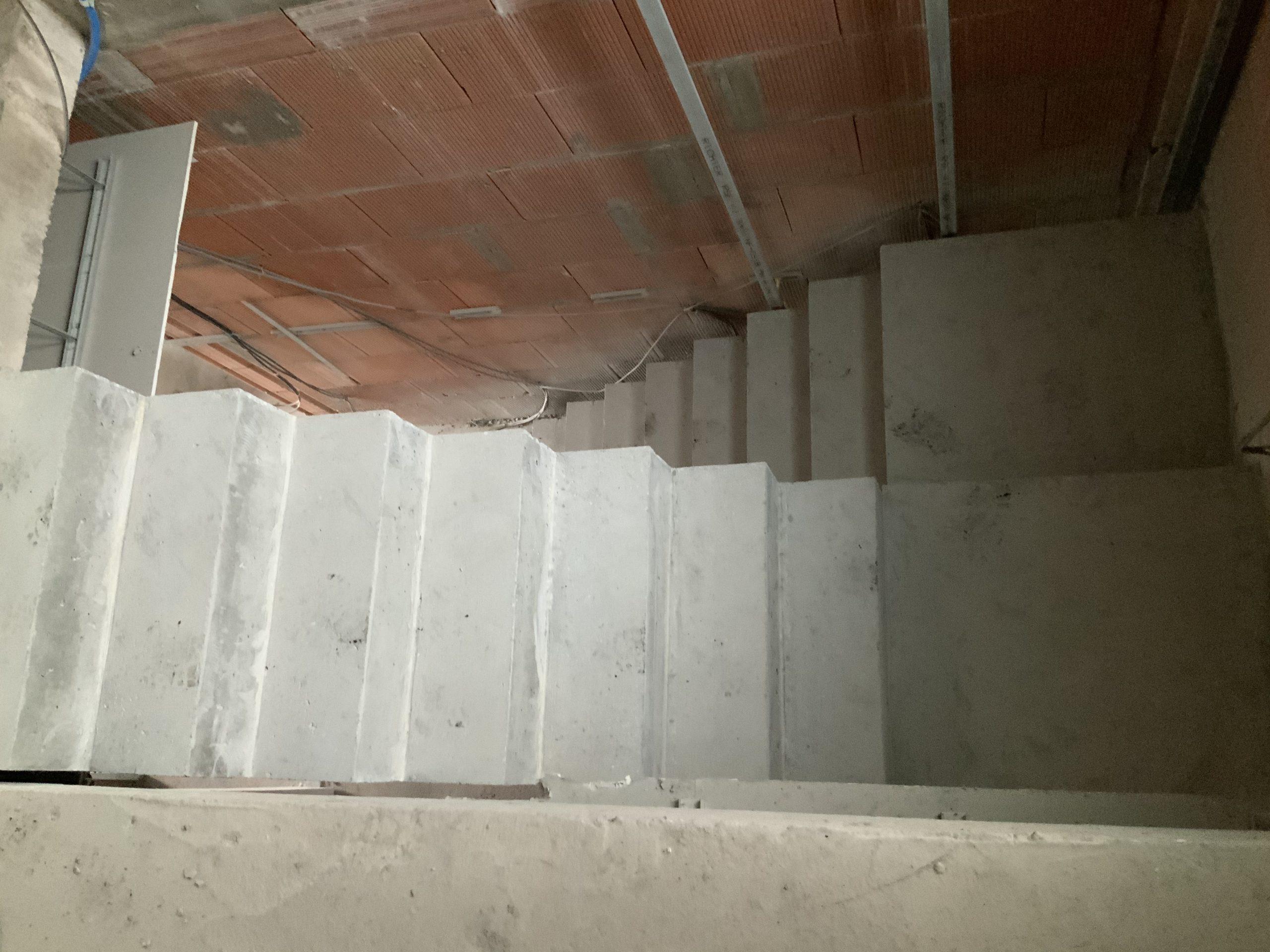 Fabrication et pose d'un coffrage sur site d'un escalier béton brut avec paliers intermédiaires