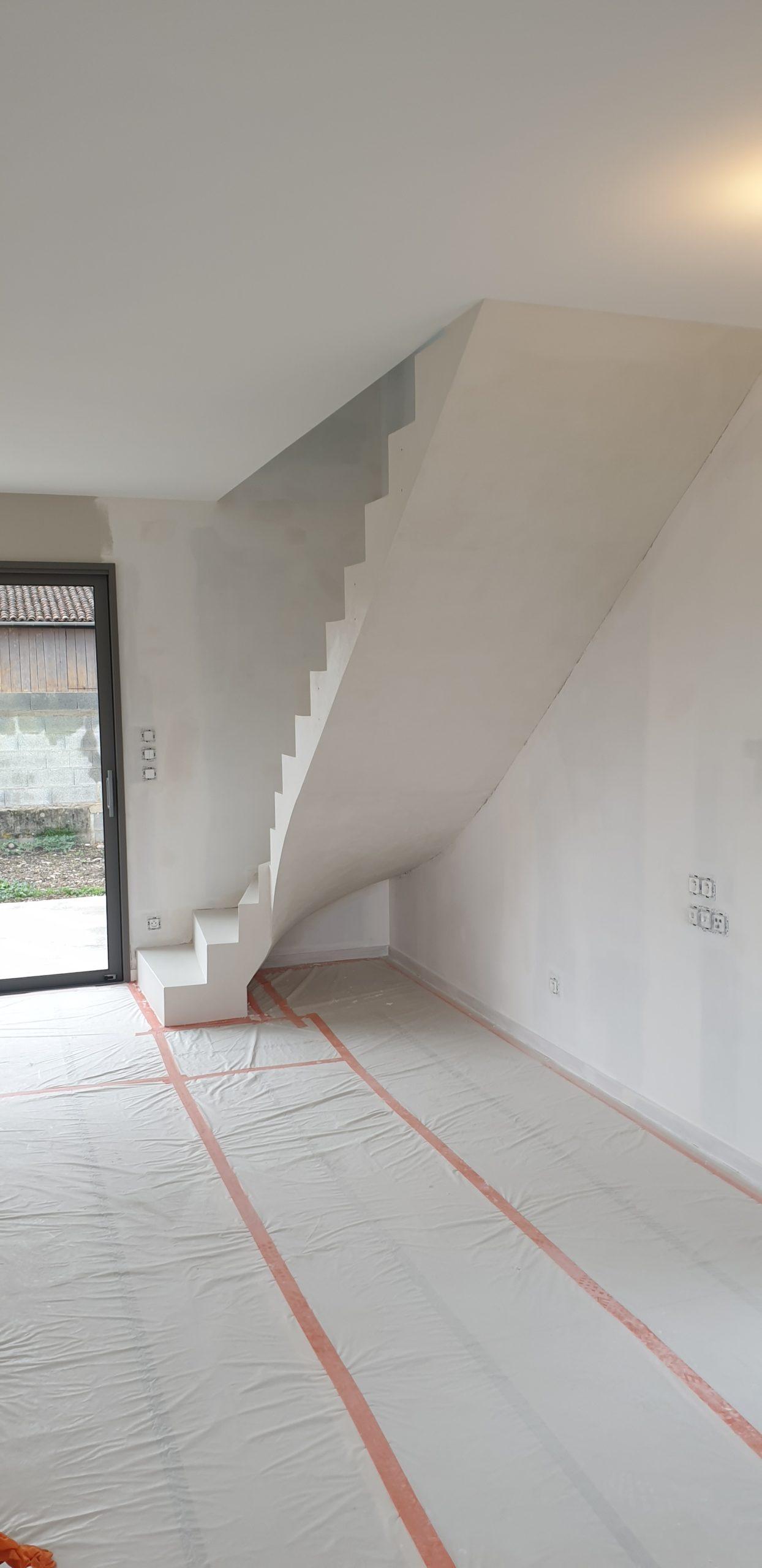 Fabrication et pose d'un escalier béton avec comme option d'habillage un béton ciré