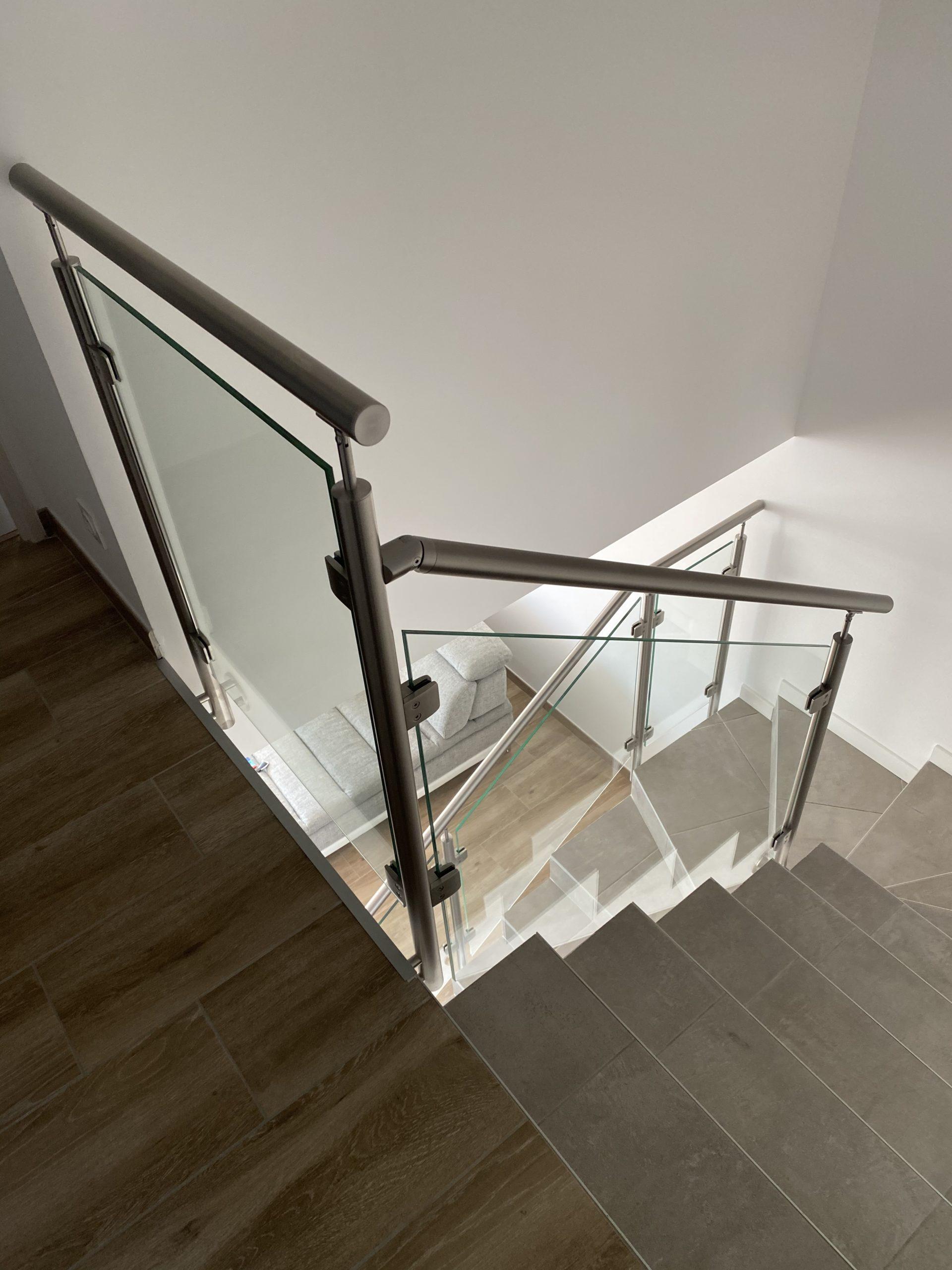 garde corps en inox et en verre sur un escalier béton