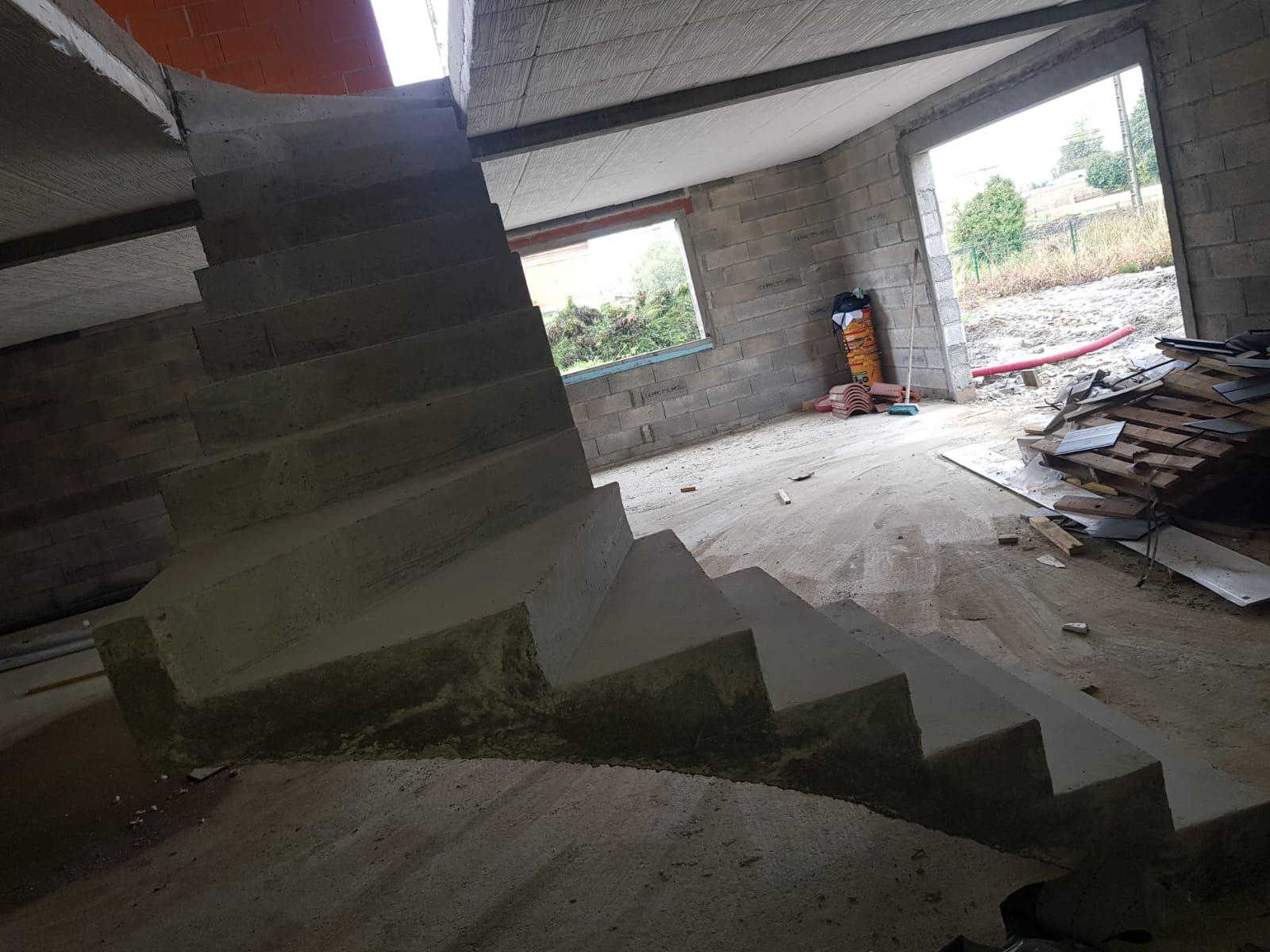 Joue d'un escalier en béton brut