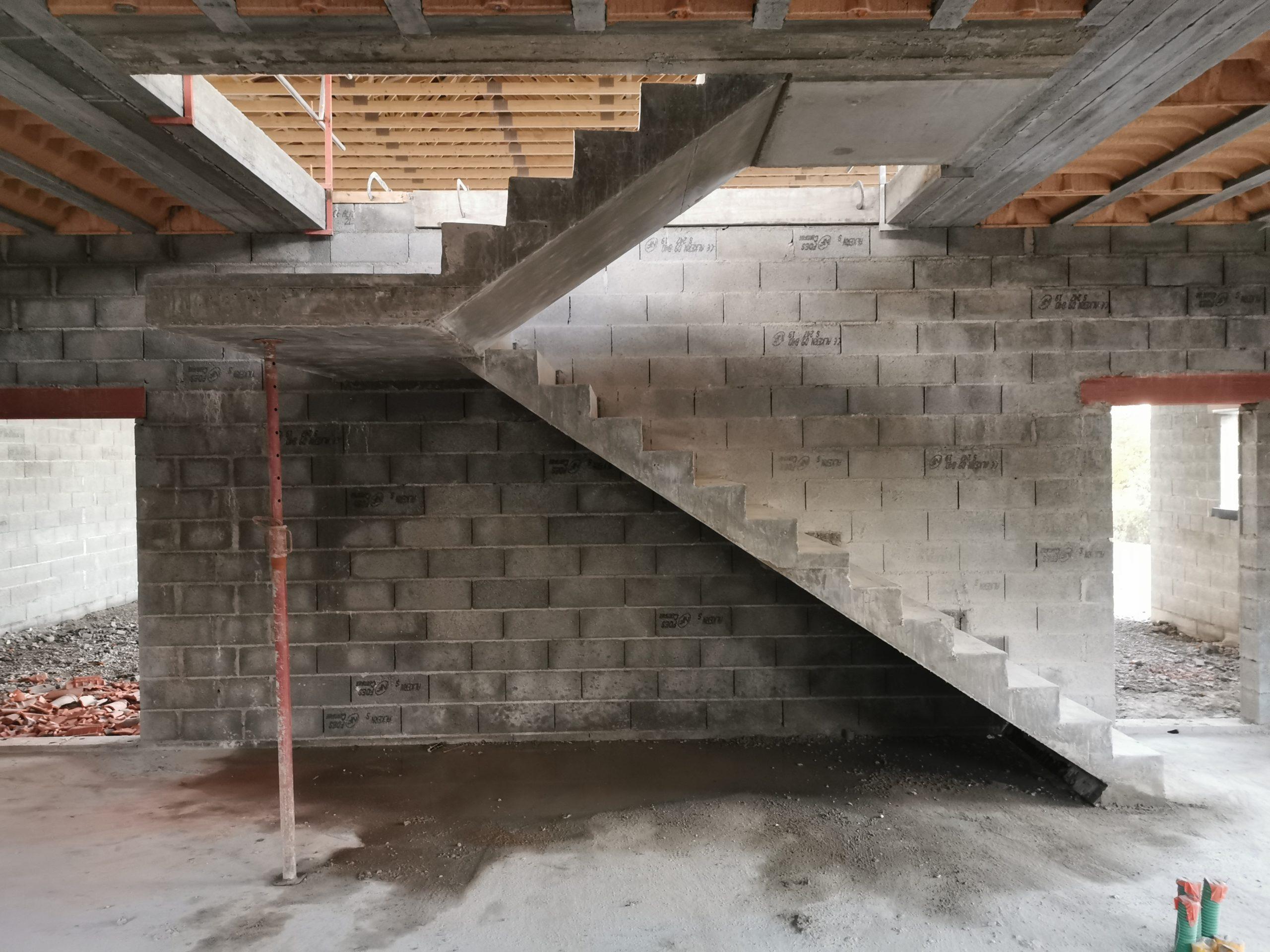 Joues des deux volées et du palier en beton