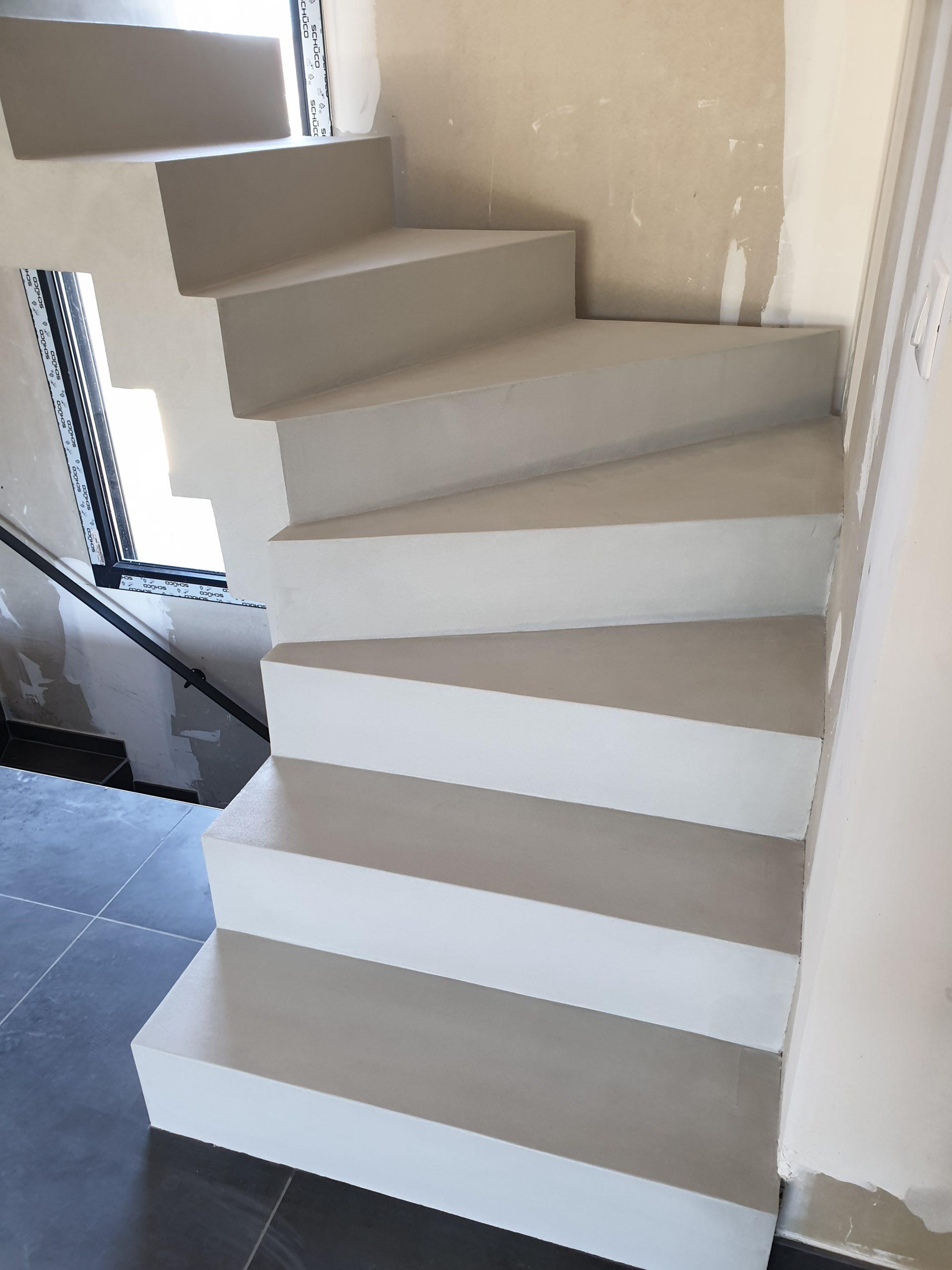 L'ensemble de l'escalier est recouvert d'un béton ciré de couleur poivre blanc qui est un gris clair très apprécié