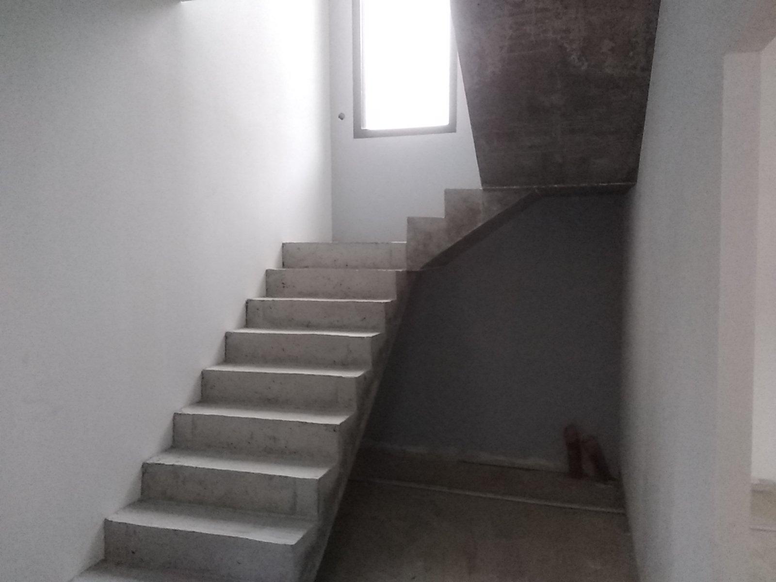 La cage d'escalier éclairé d'un châssis fixe