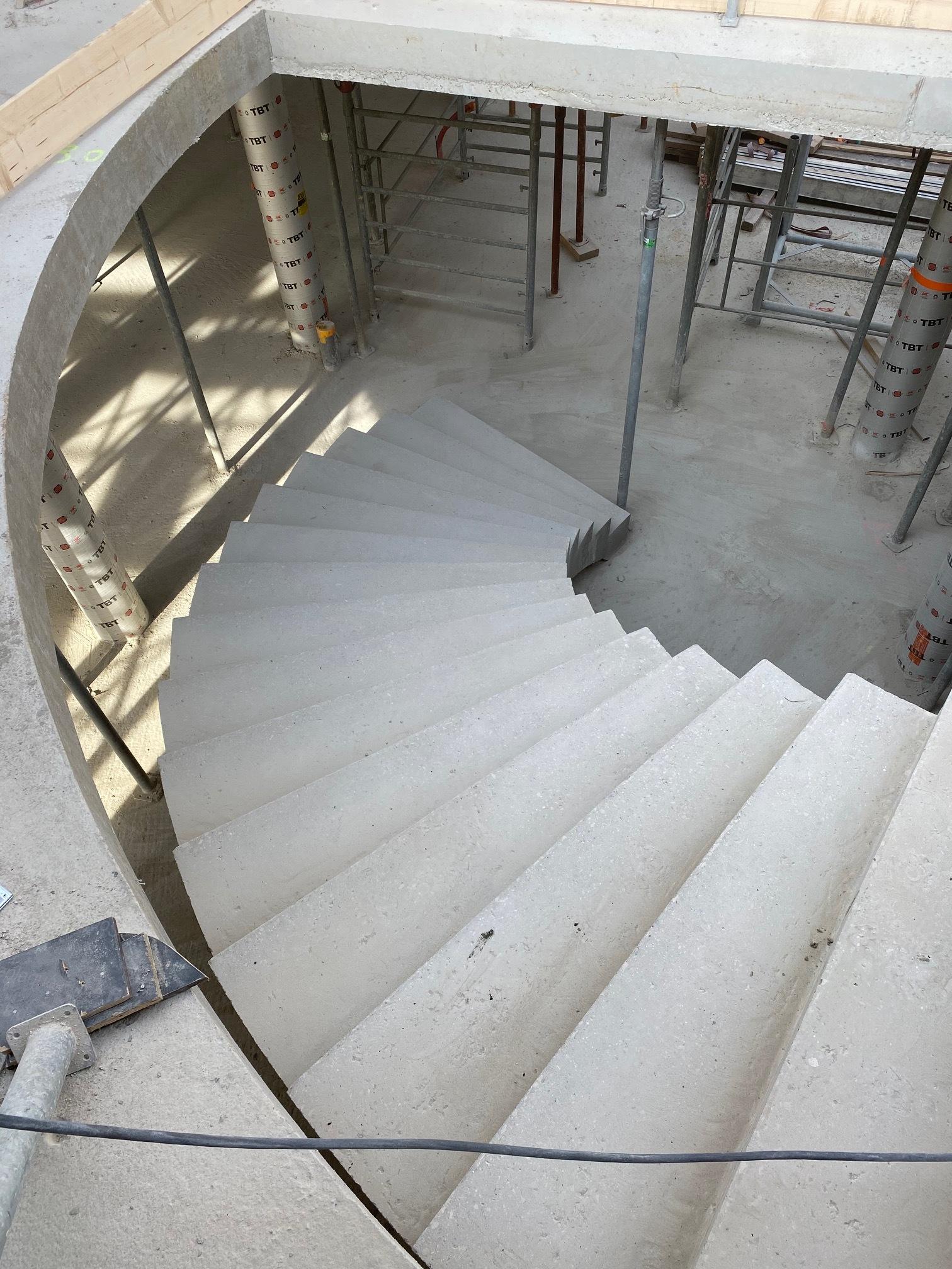 La trémie en arc de cercle épousant la forme de l'escalier