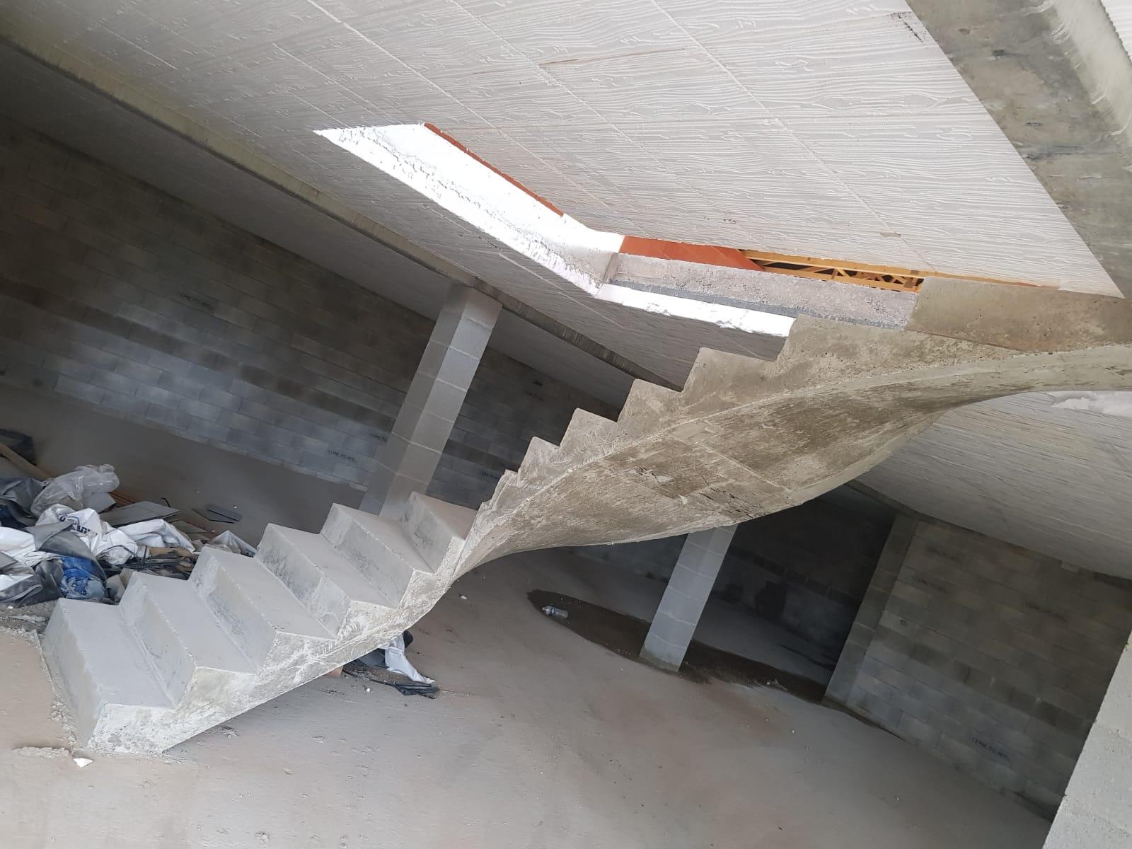Légèreté d'une volée d'escalier en béton brut