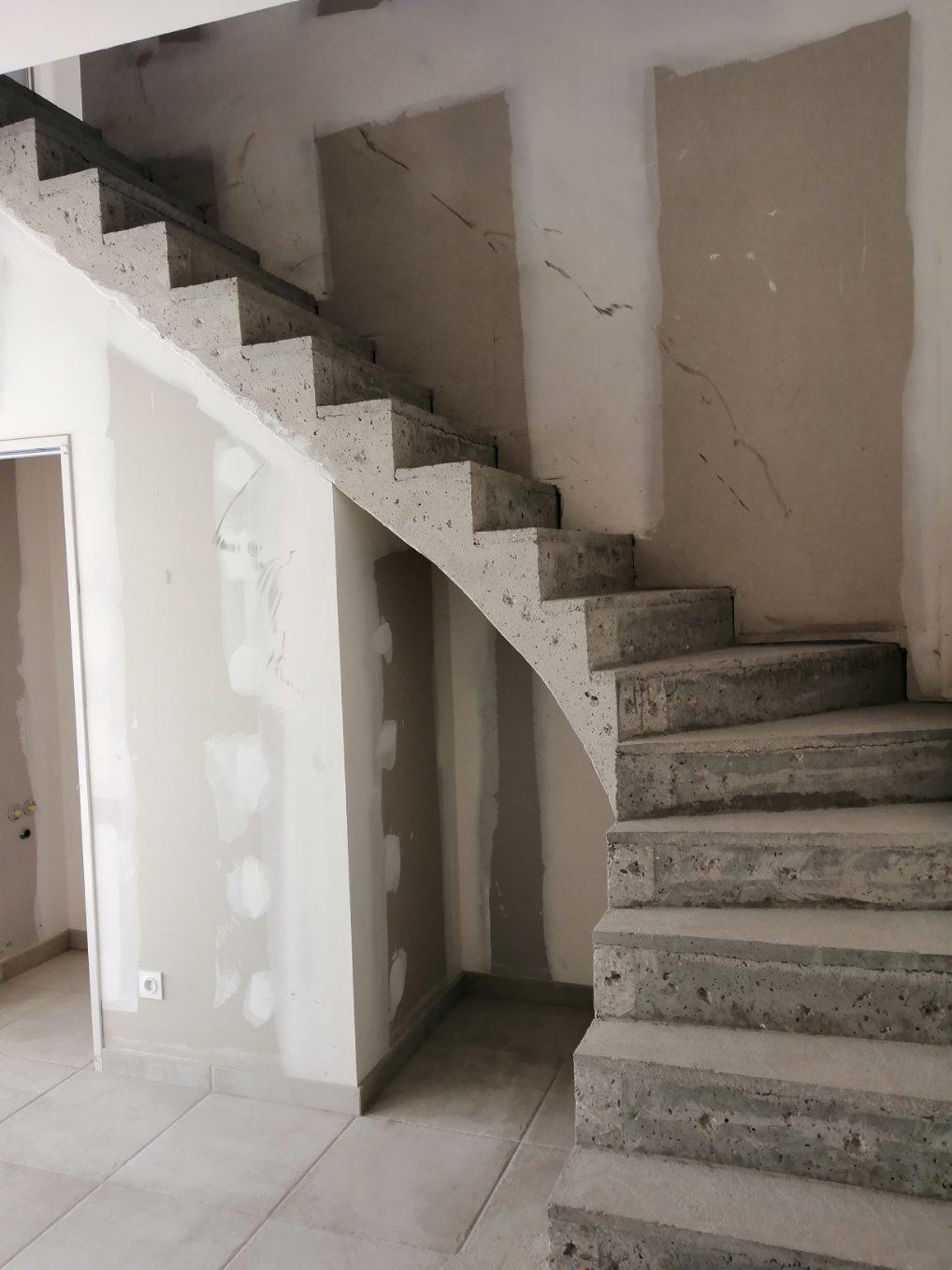 magnifique escalier à paillasse avec marche royale en béton brut de décoffrage  A martignas sur Jalles en Gironde  pour un constructeur