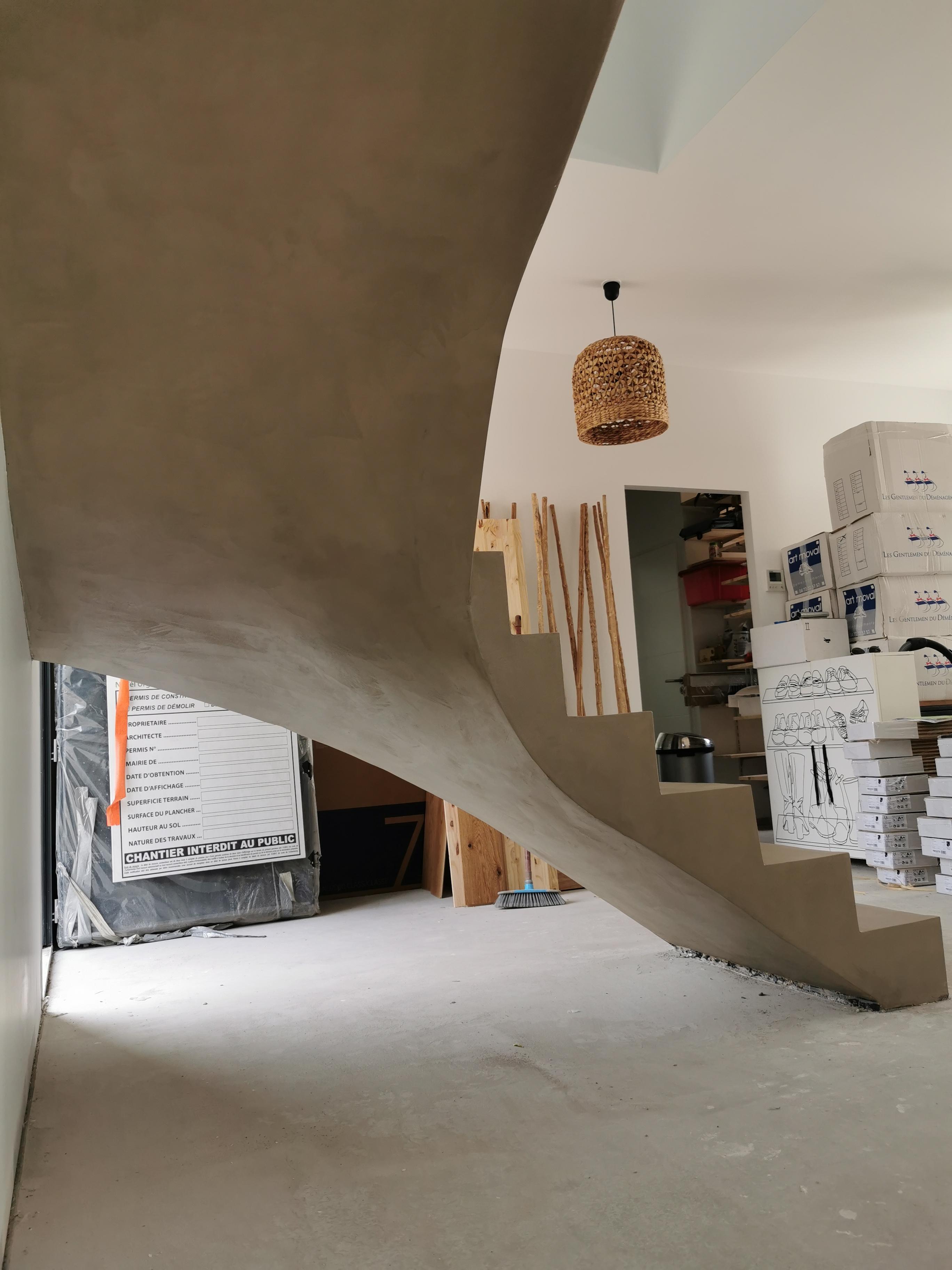 magnifique escalier à paillasse deux quart tournant en béton ciré vernis mat couleur sofia original Andernos près de Bordeaux pour un particulier