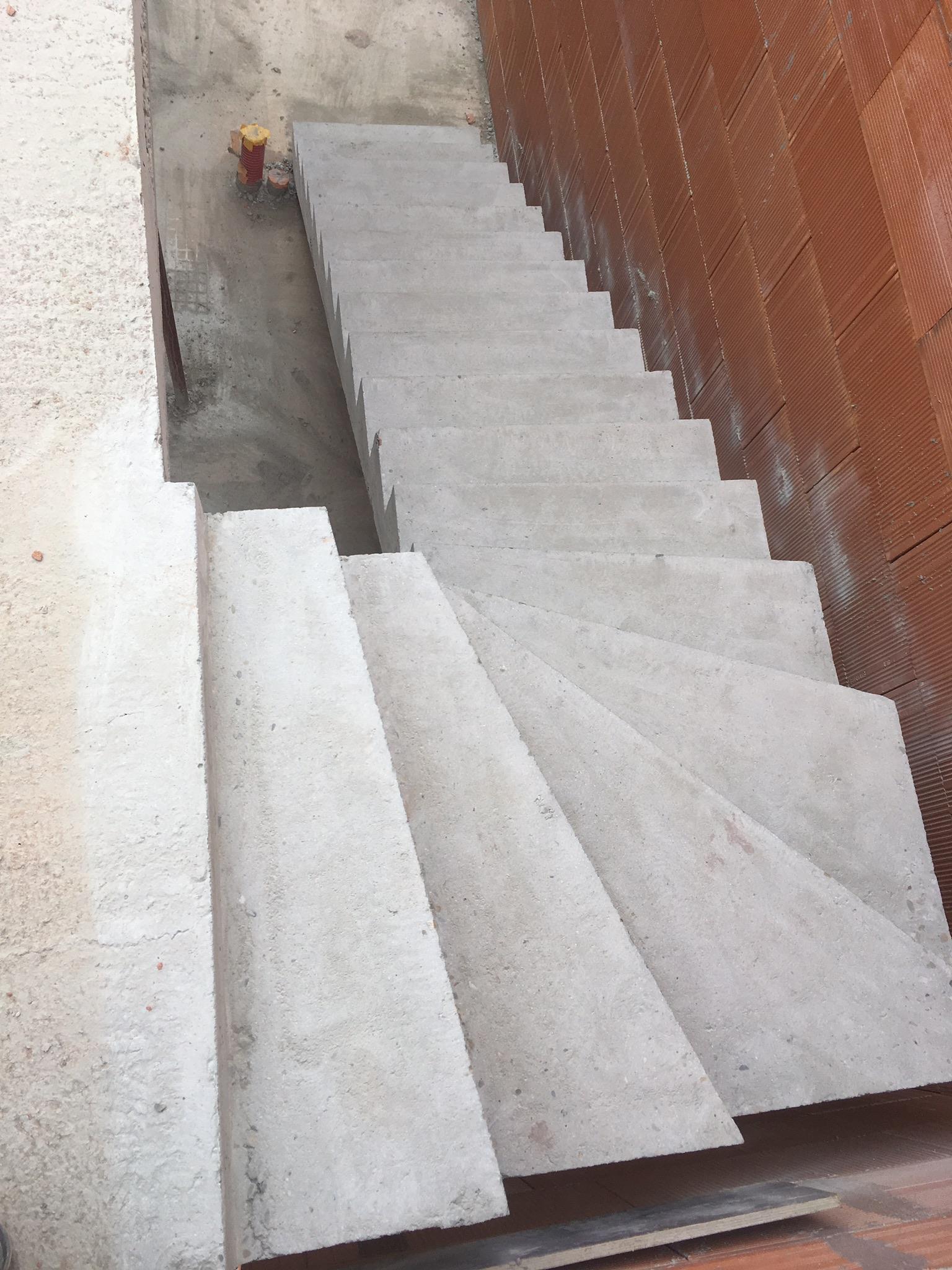 magnifique escalier à paillasse un quart tournant en béton   bordeaux pour un constructeur