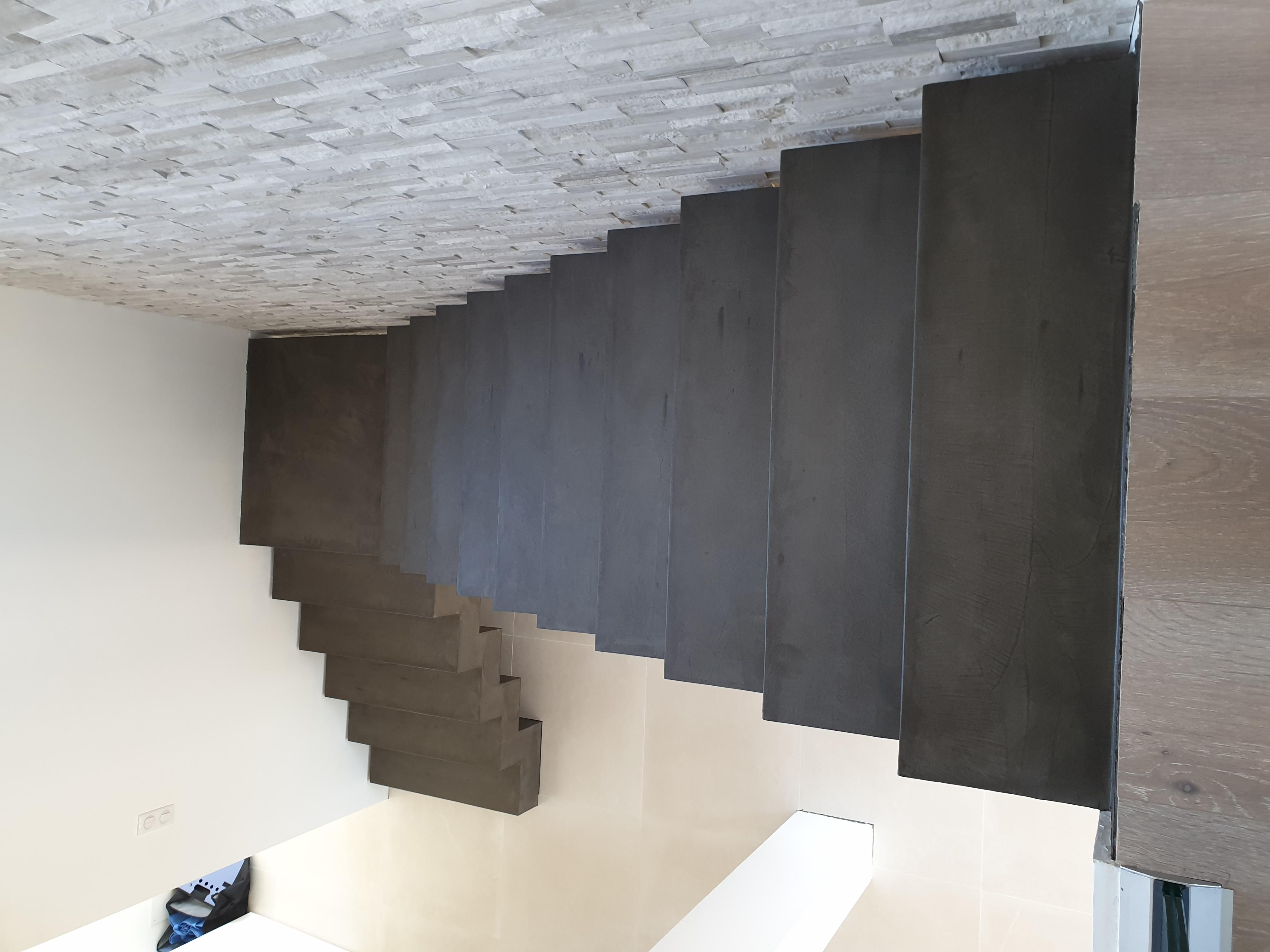 magnifique escalier crémaillère avec palier intermédiaire en béton ciré couleur nubuck à Froeningen pour un particulier