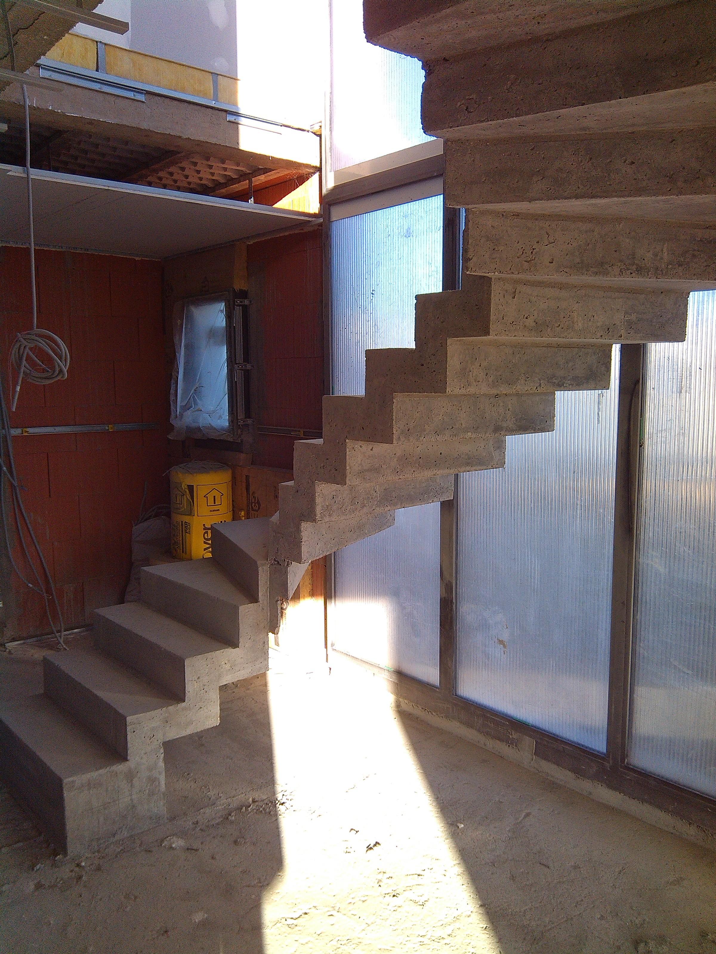 magnifique escalier crémaillère deux quart tournant en béton brut de décoffrage  à Castanet tolosan dans le département de la Haute Garonne en Ocitanie.  pour un particulier