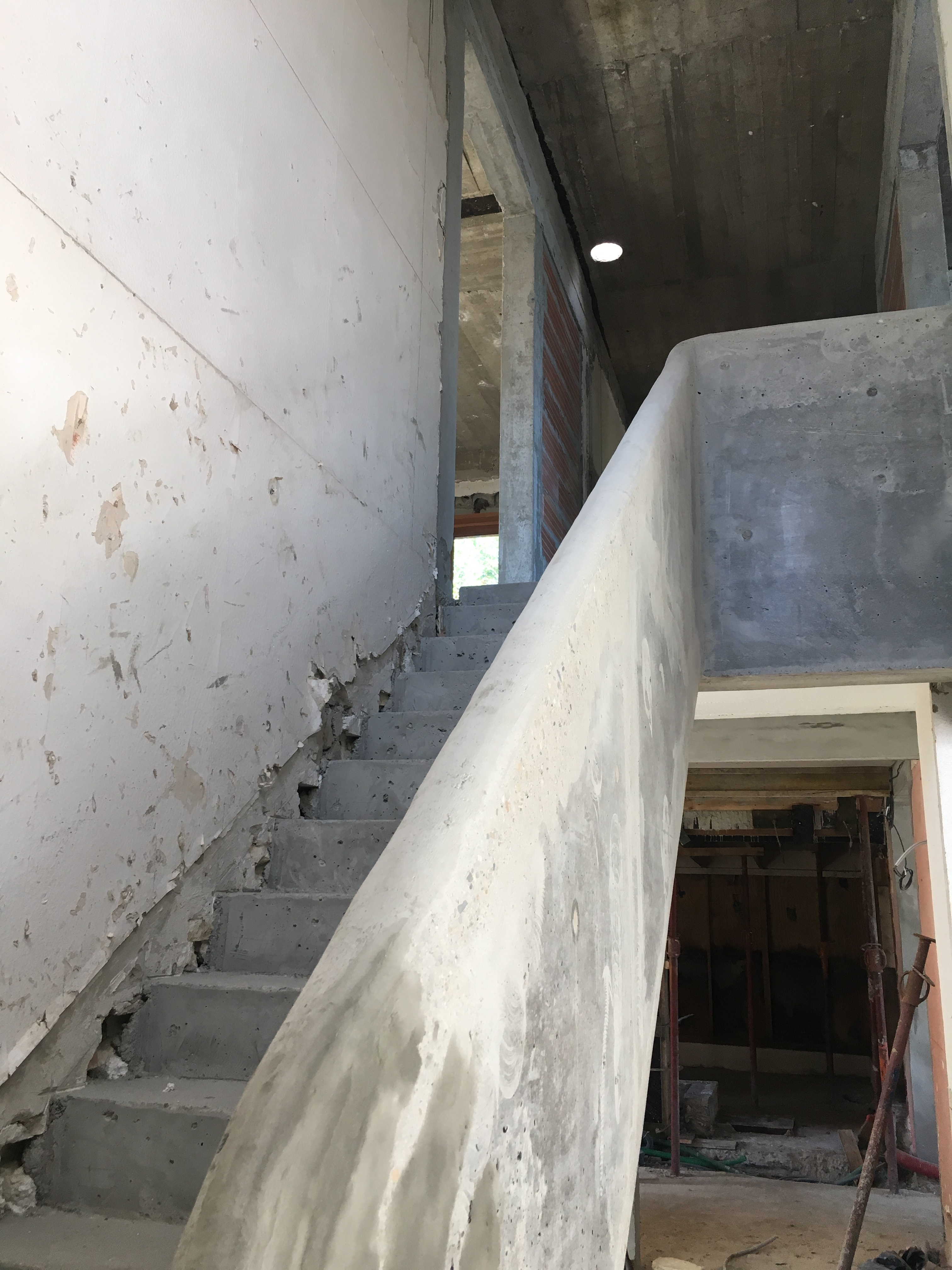 Main courante arrondie du garde corps en beton