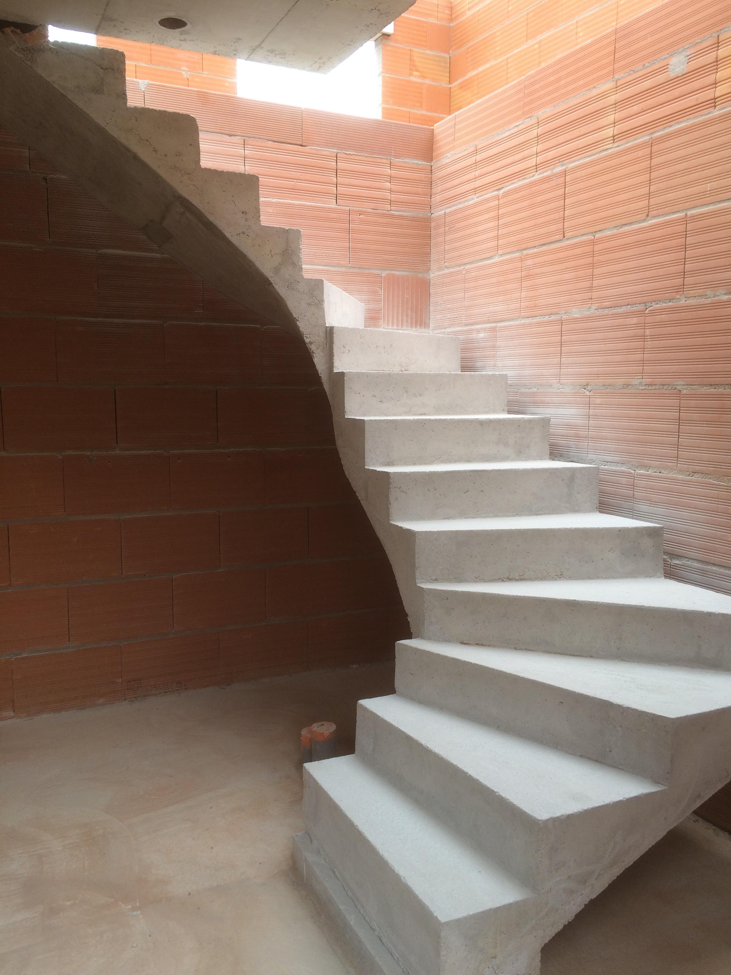majestueux escalier à paillasse deux quart balancé en béton brut de décoffrage  a merignac proche de Bordeaux en Aquitaine pour un constructeur