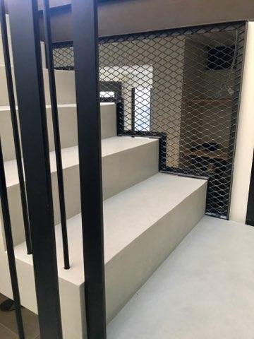 marche crémaillère d'un escalier en béton ciré
