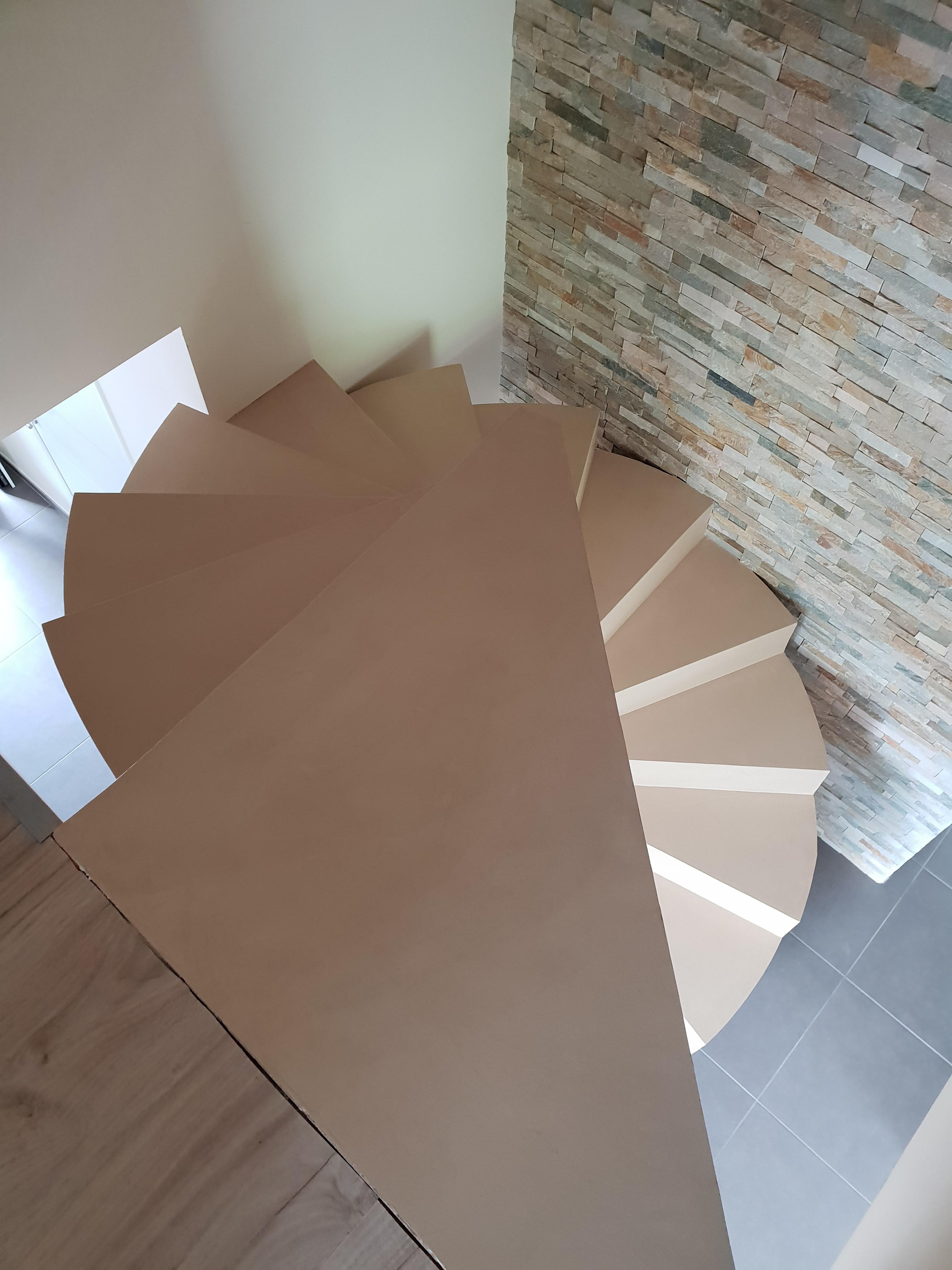 Marche palière d'arrivée triangulaire d'un escalier en colimaçon