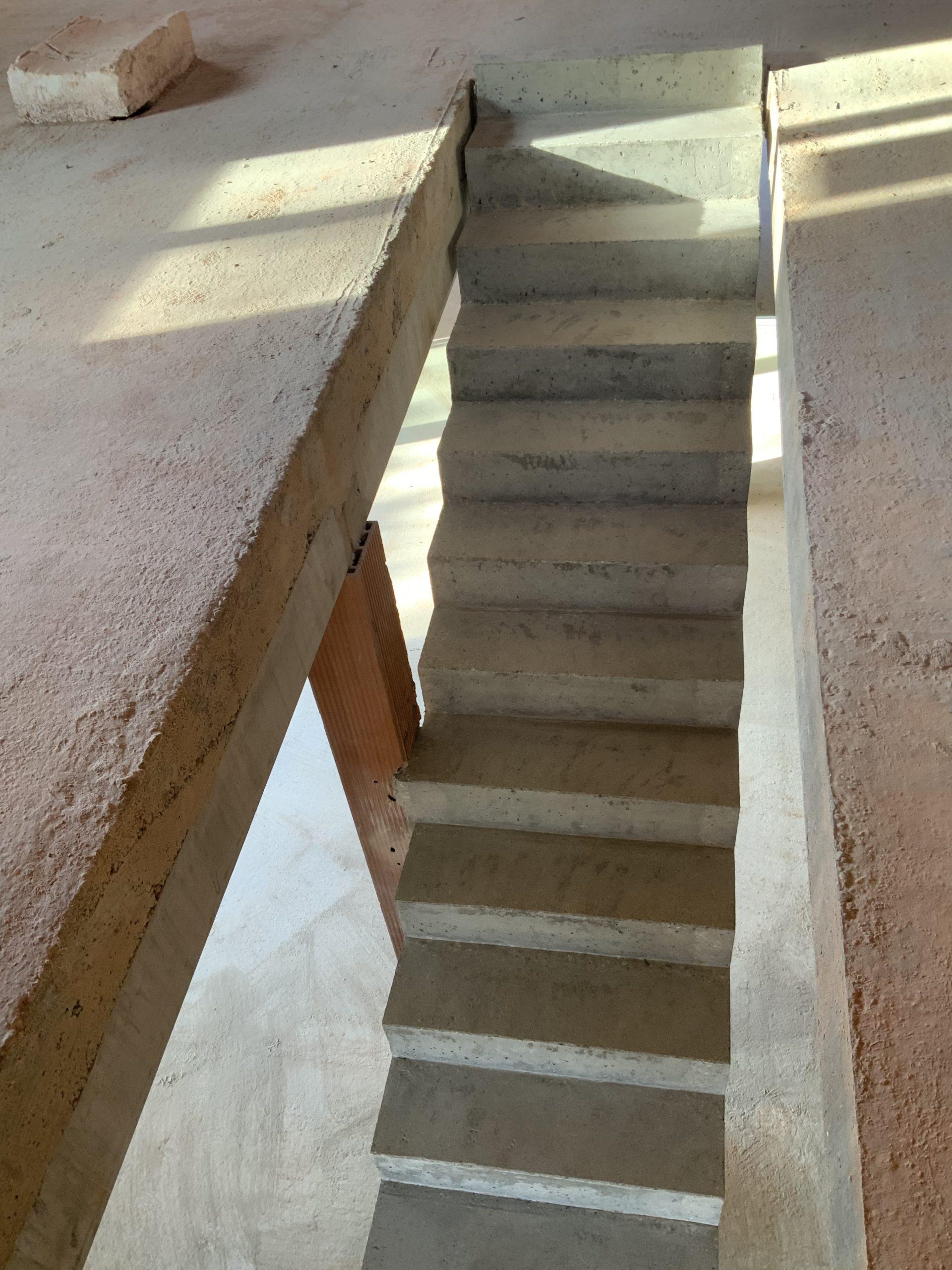 Marches d'un escalier droit en béton à Cestas