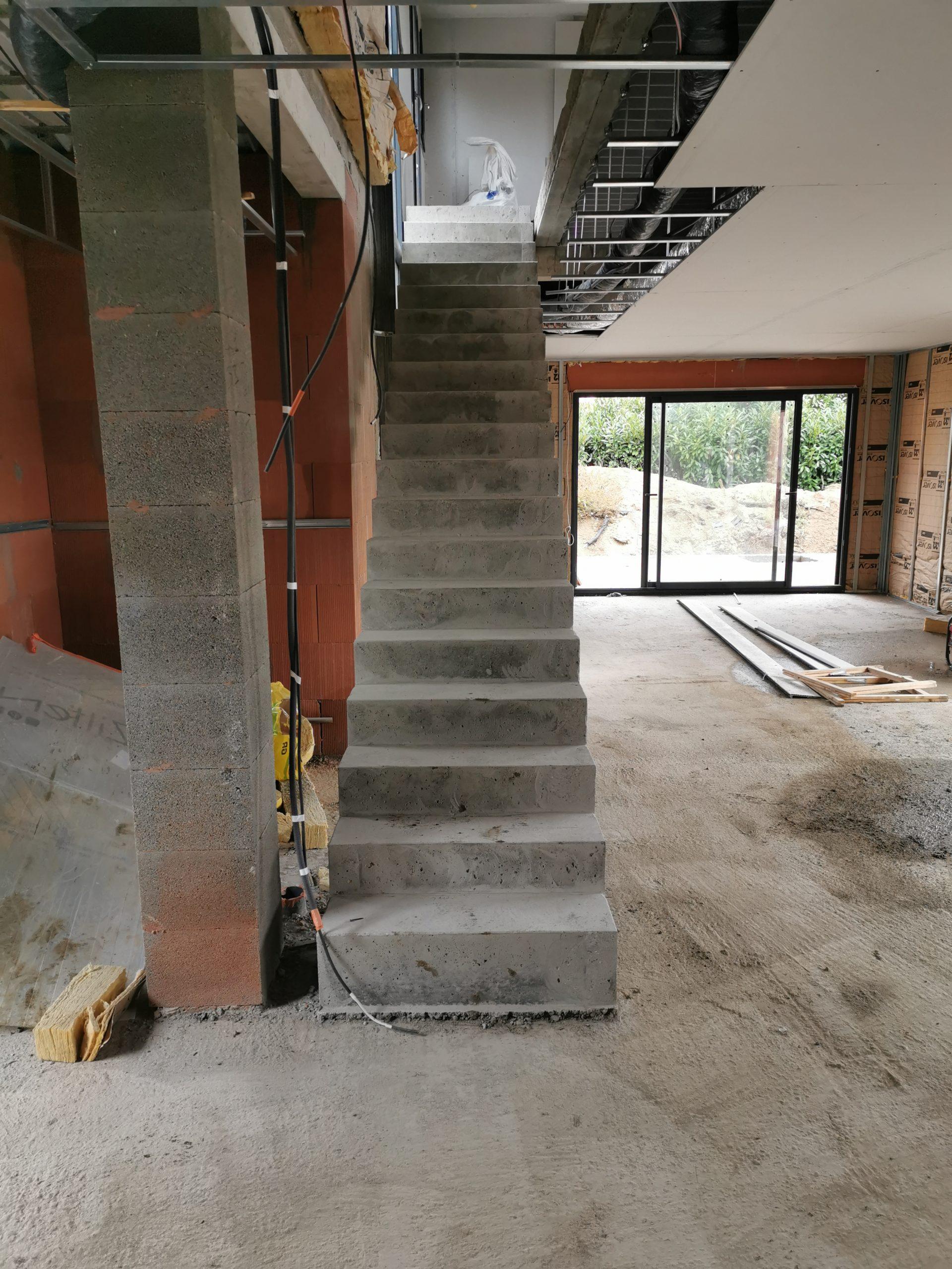 Marches droites d'un escaliers béton dans une villa