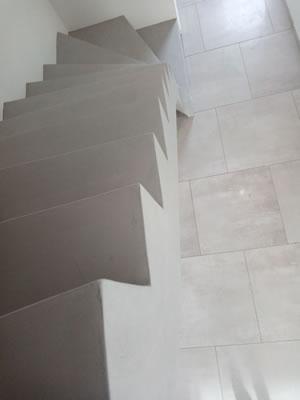 Marches droites d'un escalier en béton ciré