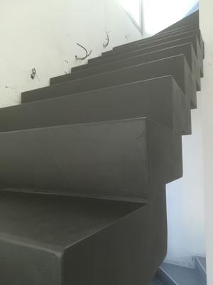 marches en béton ciré d'un escalier crémaillère