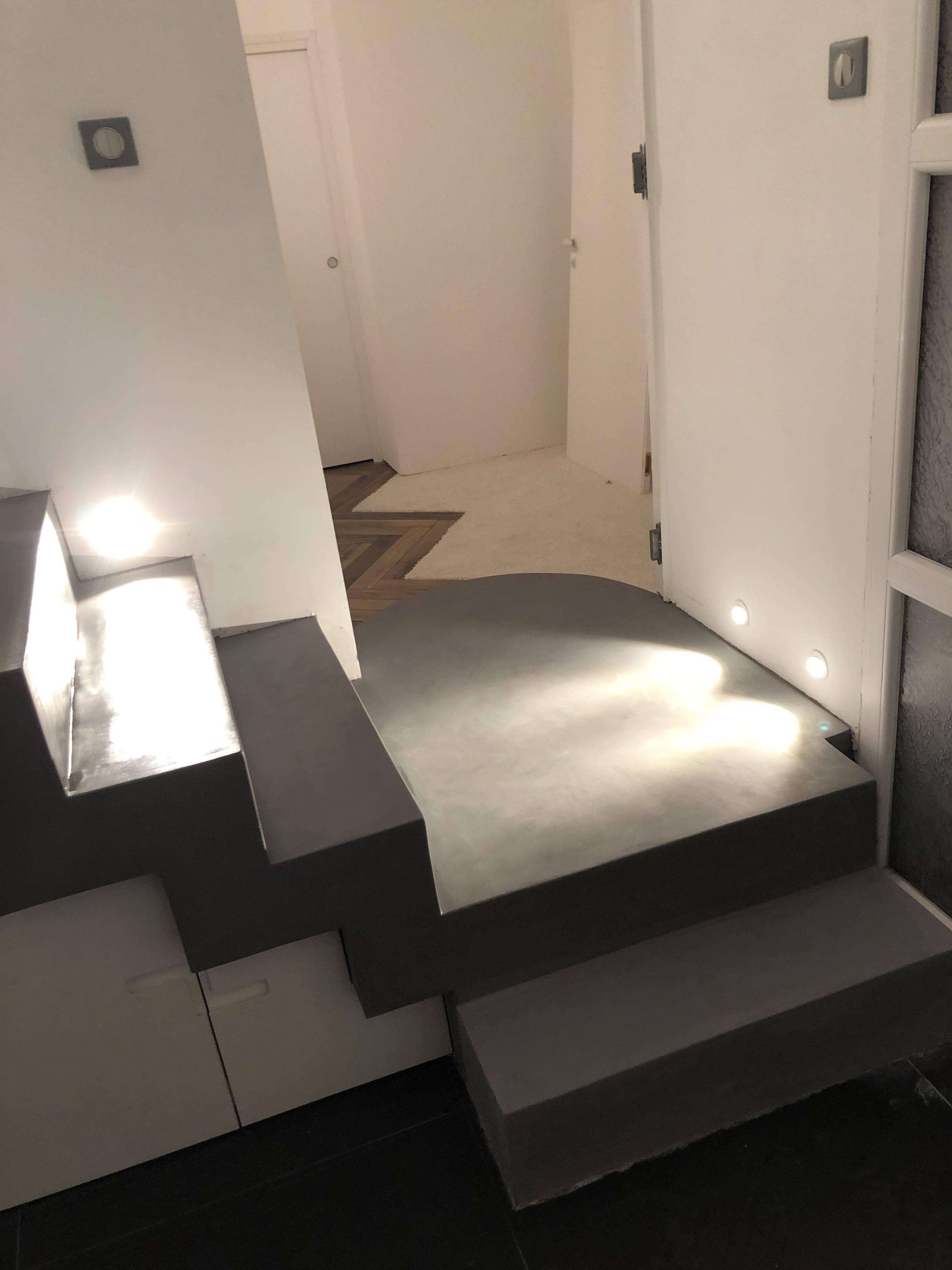 Palier intermédiaire d'un escalier en béton ciré