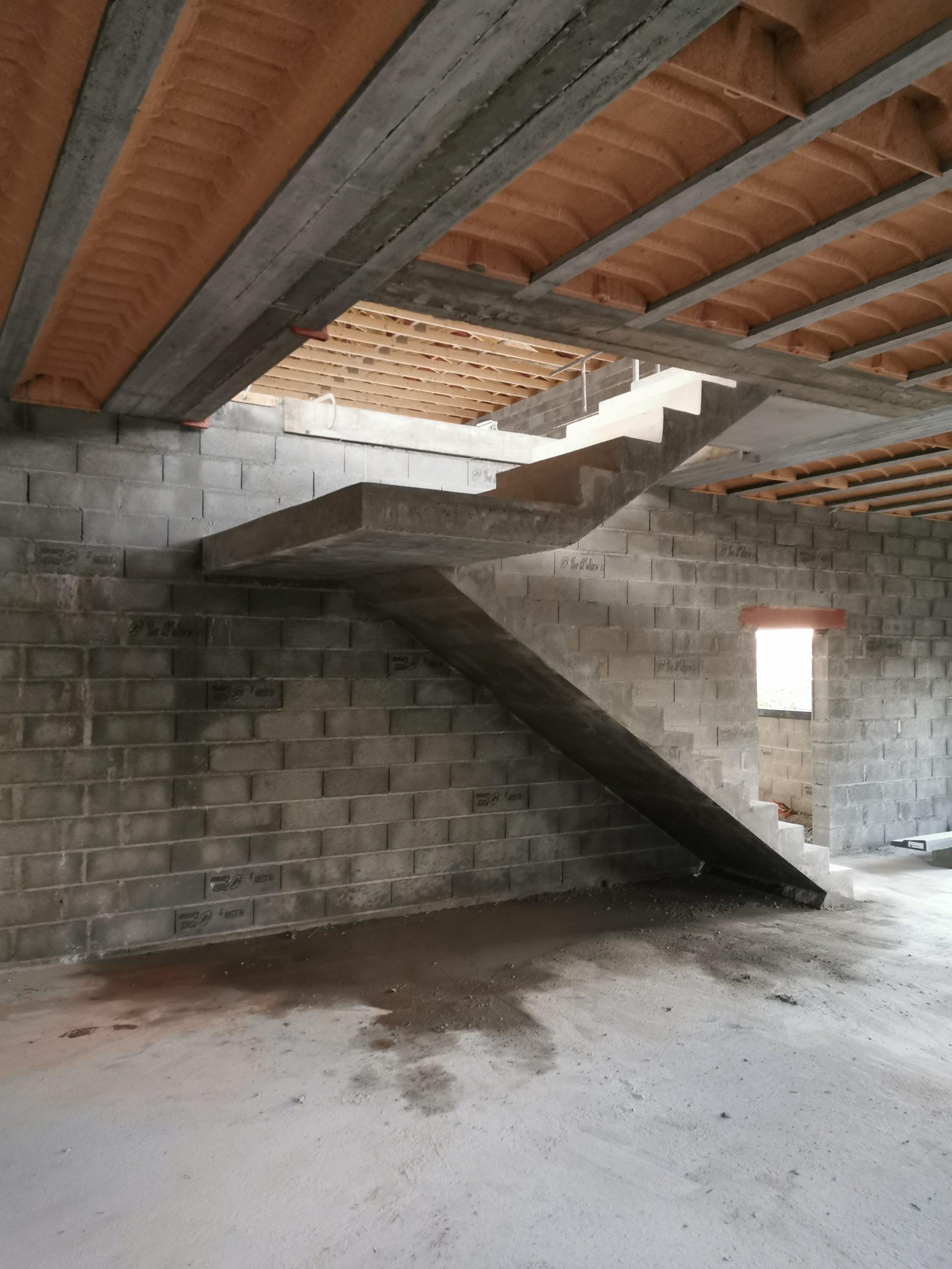 Palier intermédiaire entre les deux volées droites de l'escalier