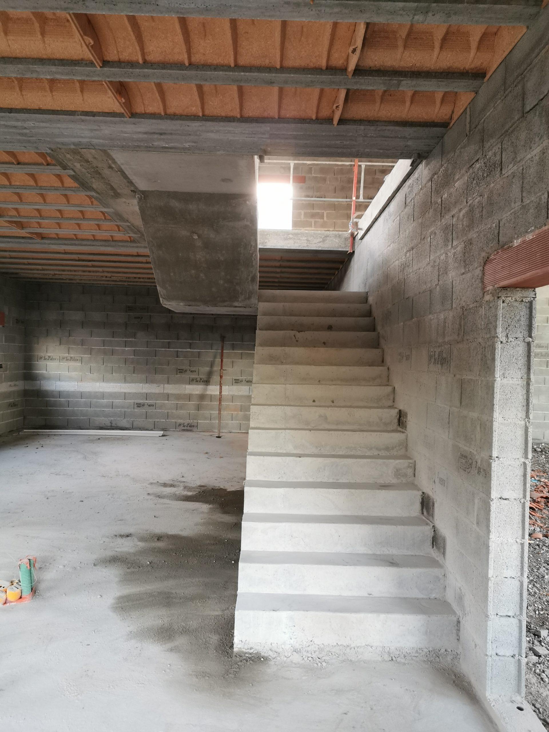 Première volée droite d'un escalier béton le long d'un mur
