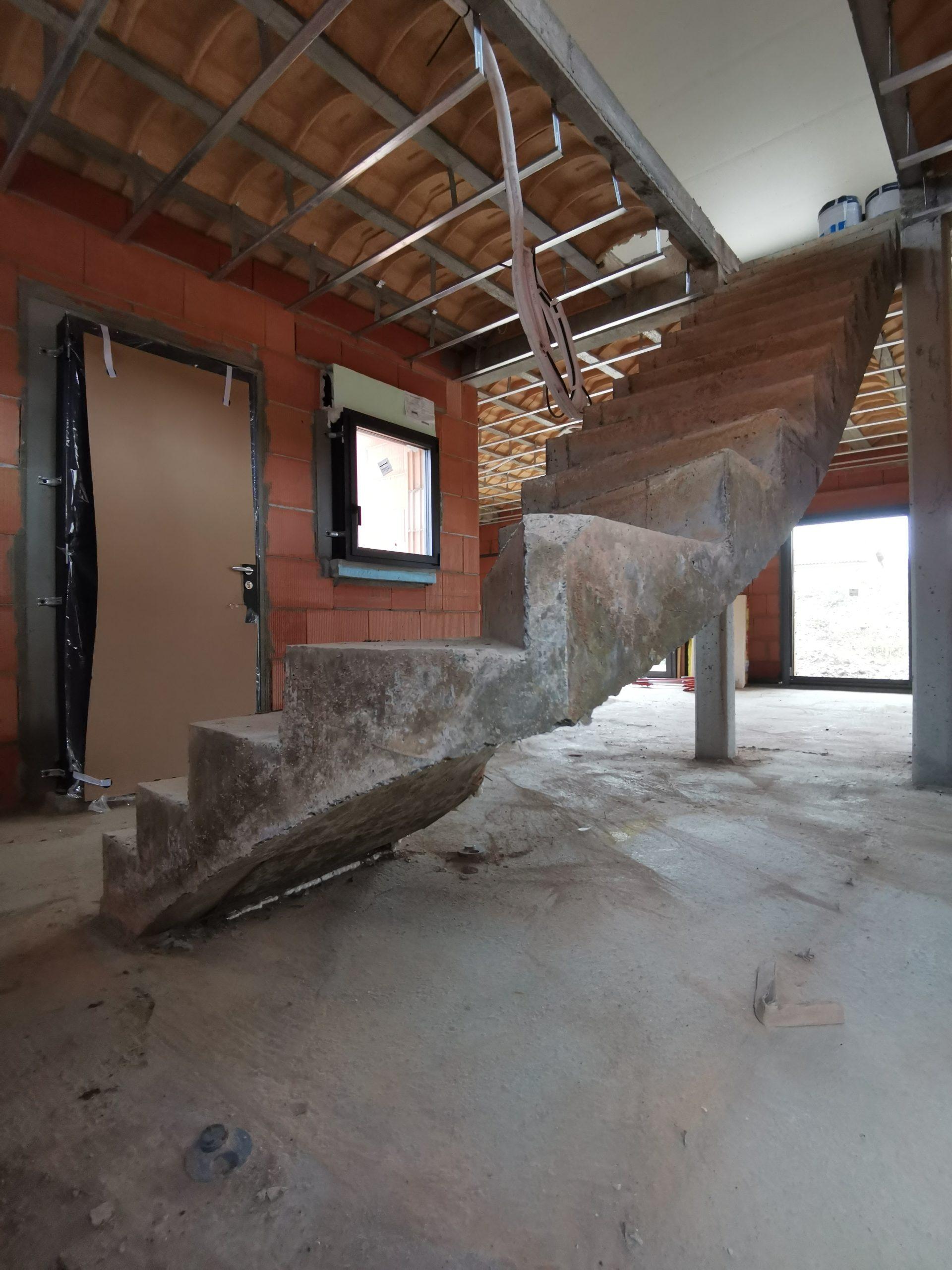 Quart tournant de l'escalier béton suspendu avec une trémie rectangulaire