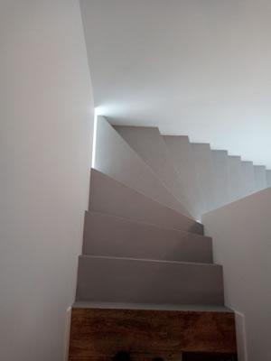 quart tournant d'un escalier en béton ciré