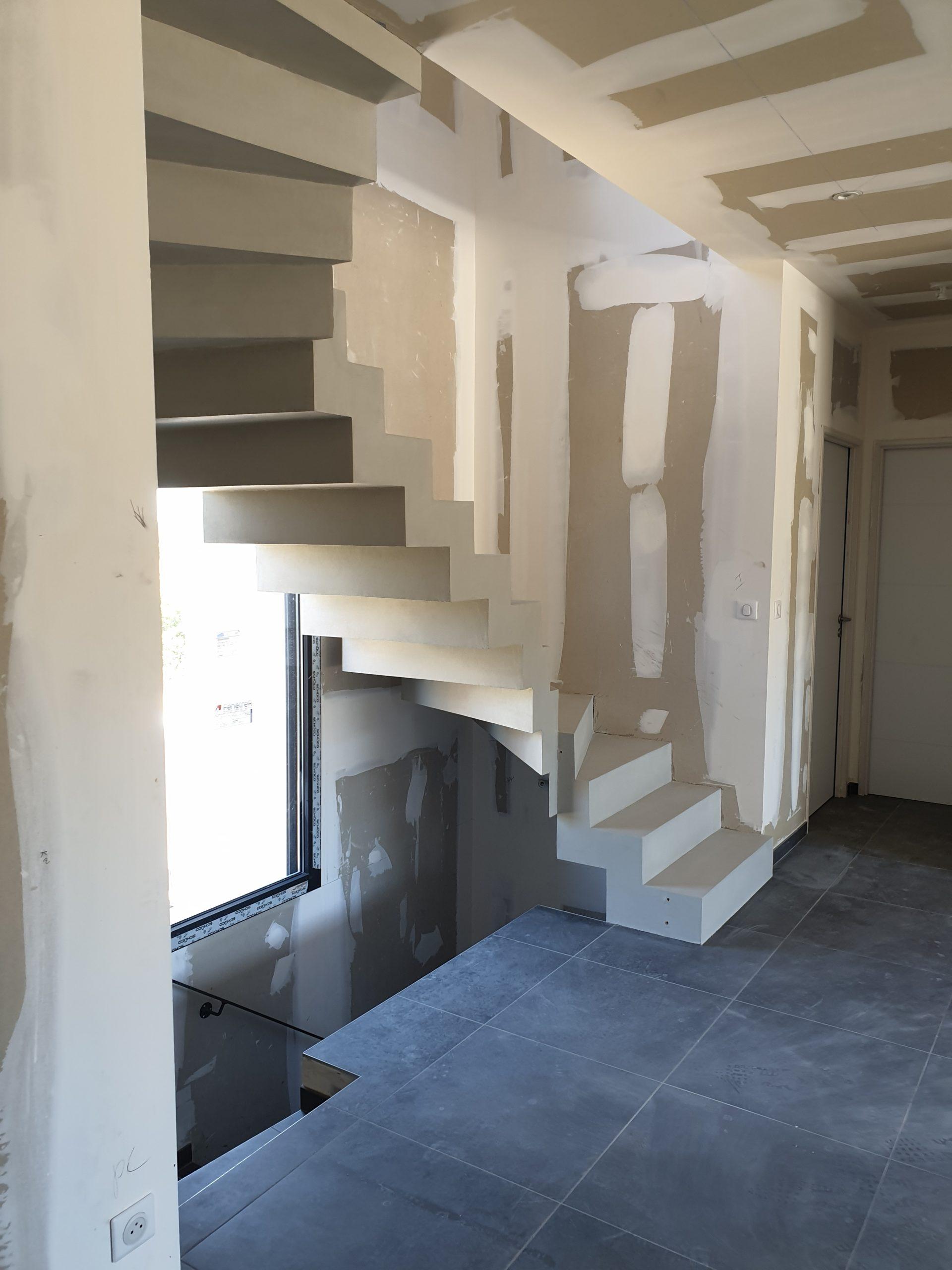 Réalisation d'un escalier béton avec application d'un béton ciré