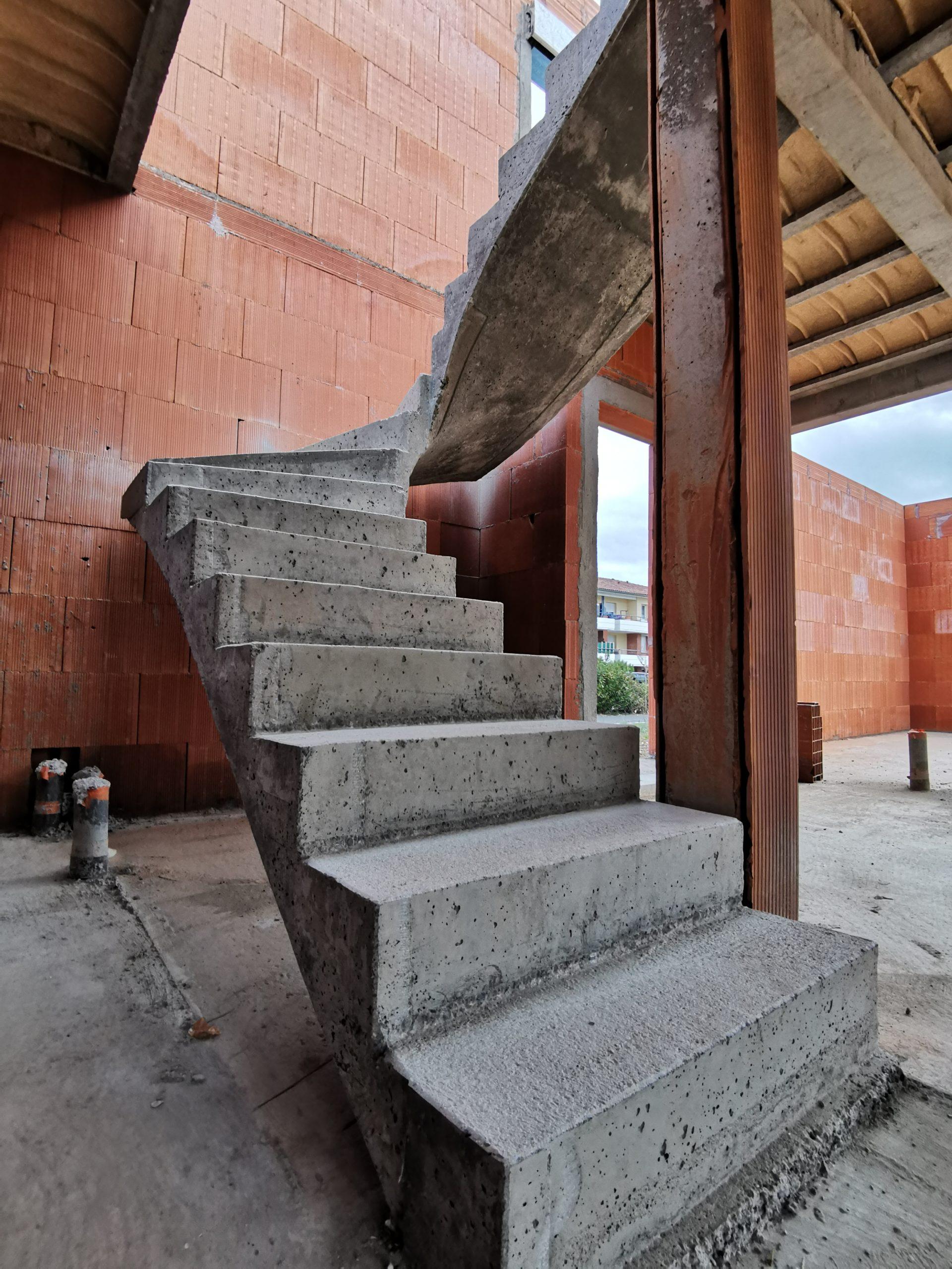 Réalisation d'un escalier béton balancé dans une maison individuelle