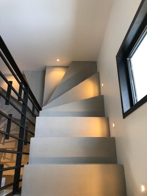 Réalisation d'un escalier béton contemporain
