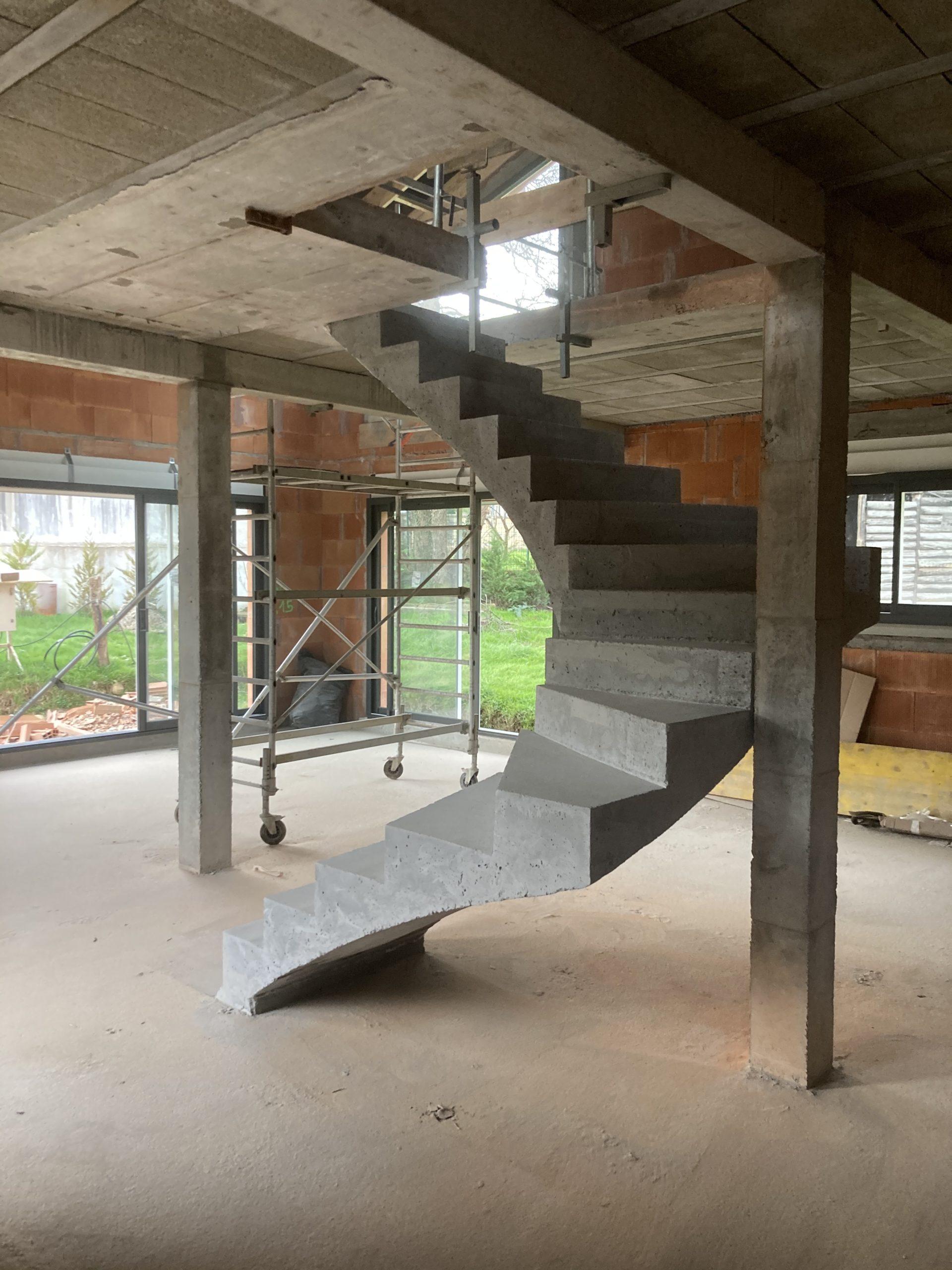 réaliser son escalier béton suspendu