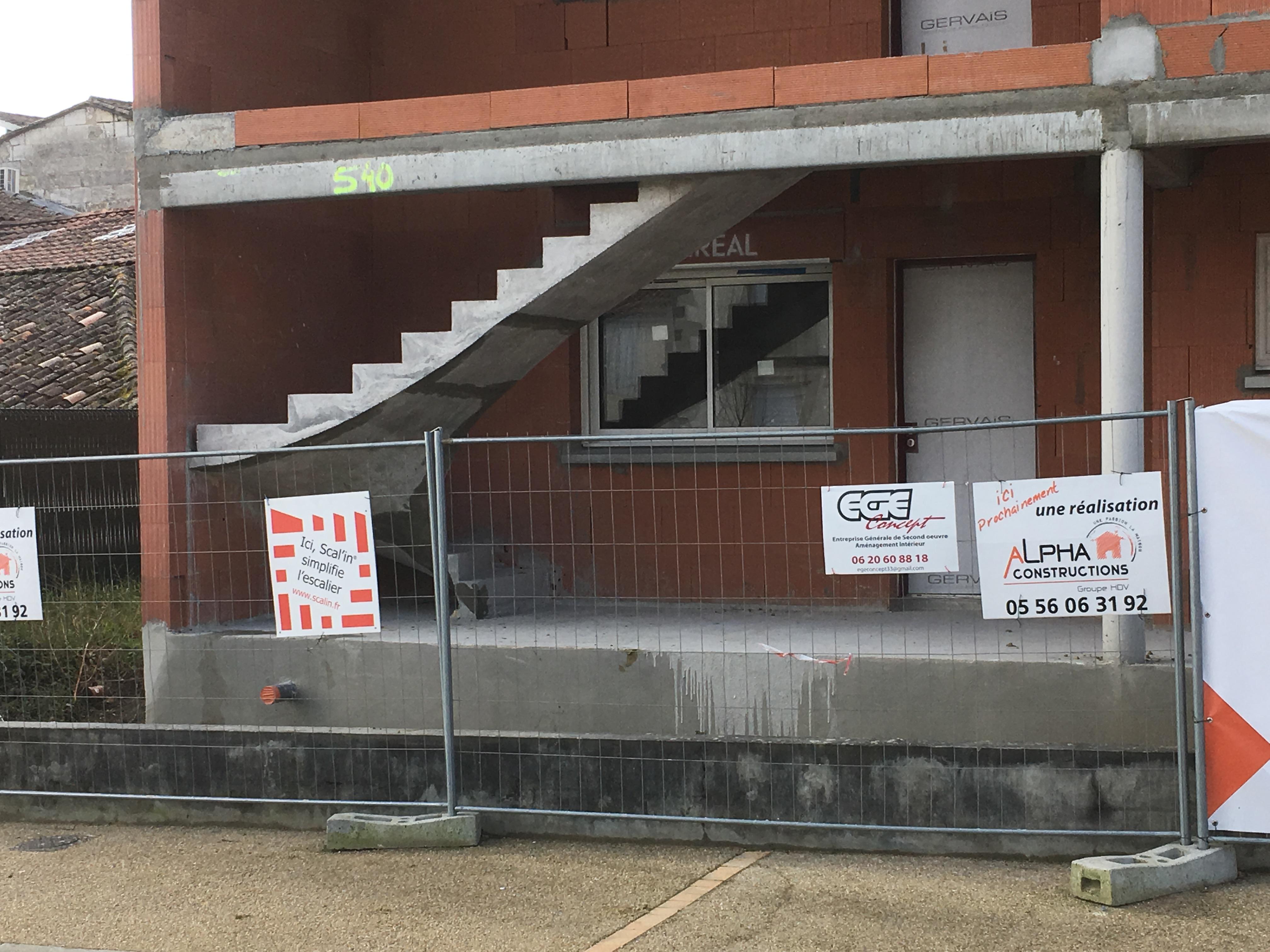 remarquable escalier à paillasse deux quart tournant en béton brut de décoffrage  à Bordeaux en Aquitaine  pour un constructeur