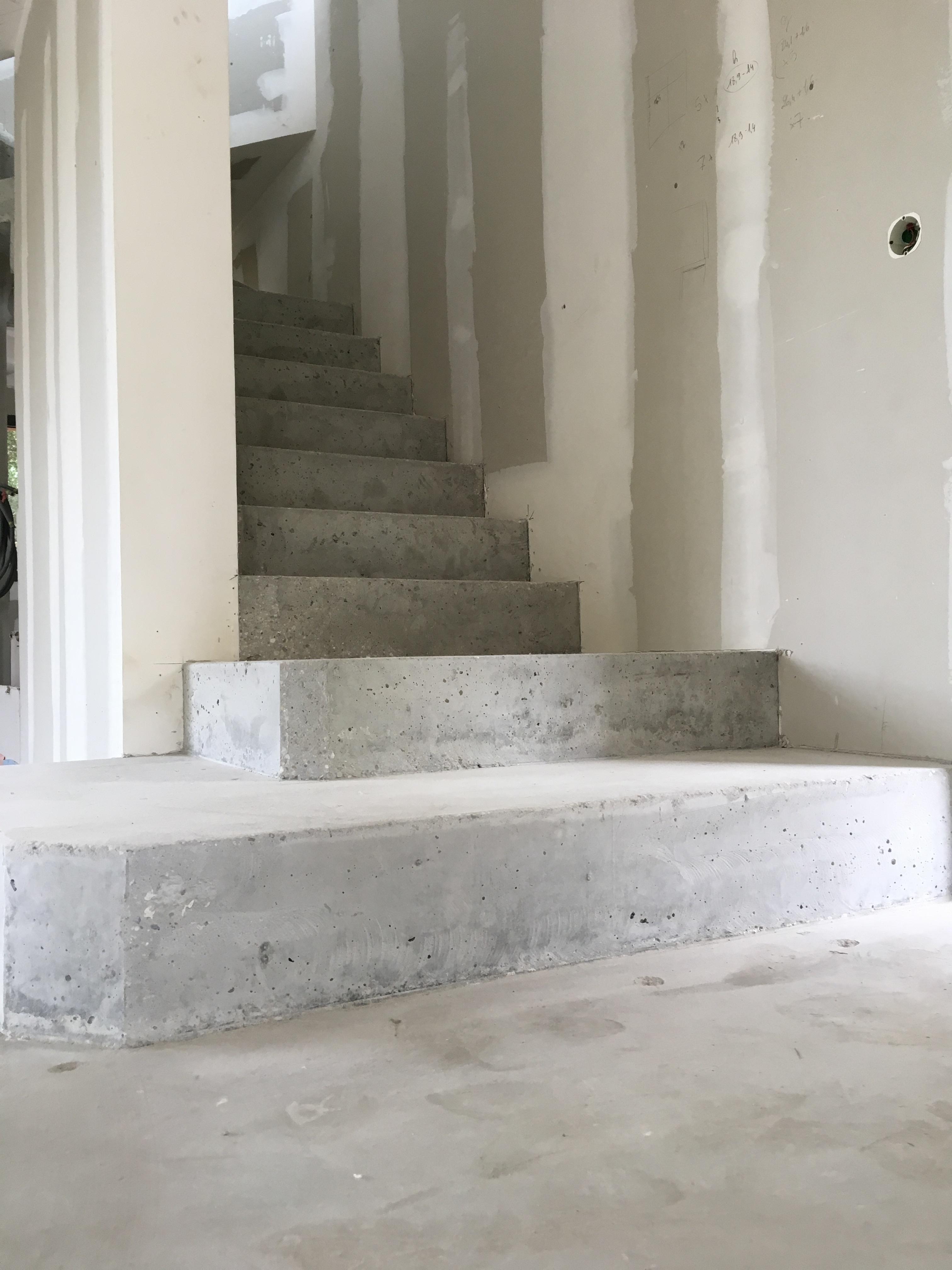 remarquable escalier crémaillère avec marches royales en béton brut de décoffrage  à pessac près de Bordeaux en Aquitaine pour un particulier