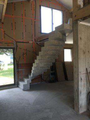 remarquable escalier crémaillère deux quart balancé en béton brut de décoffrage  A capbreton  pour un particulier