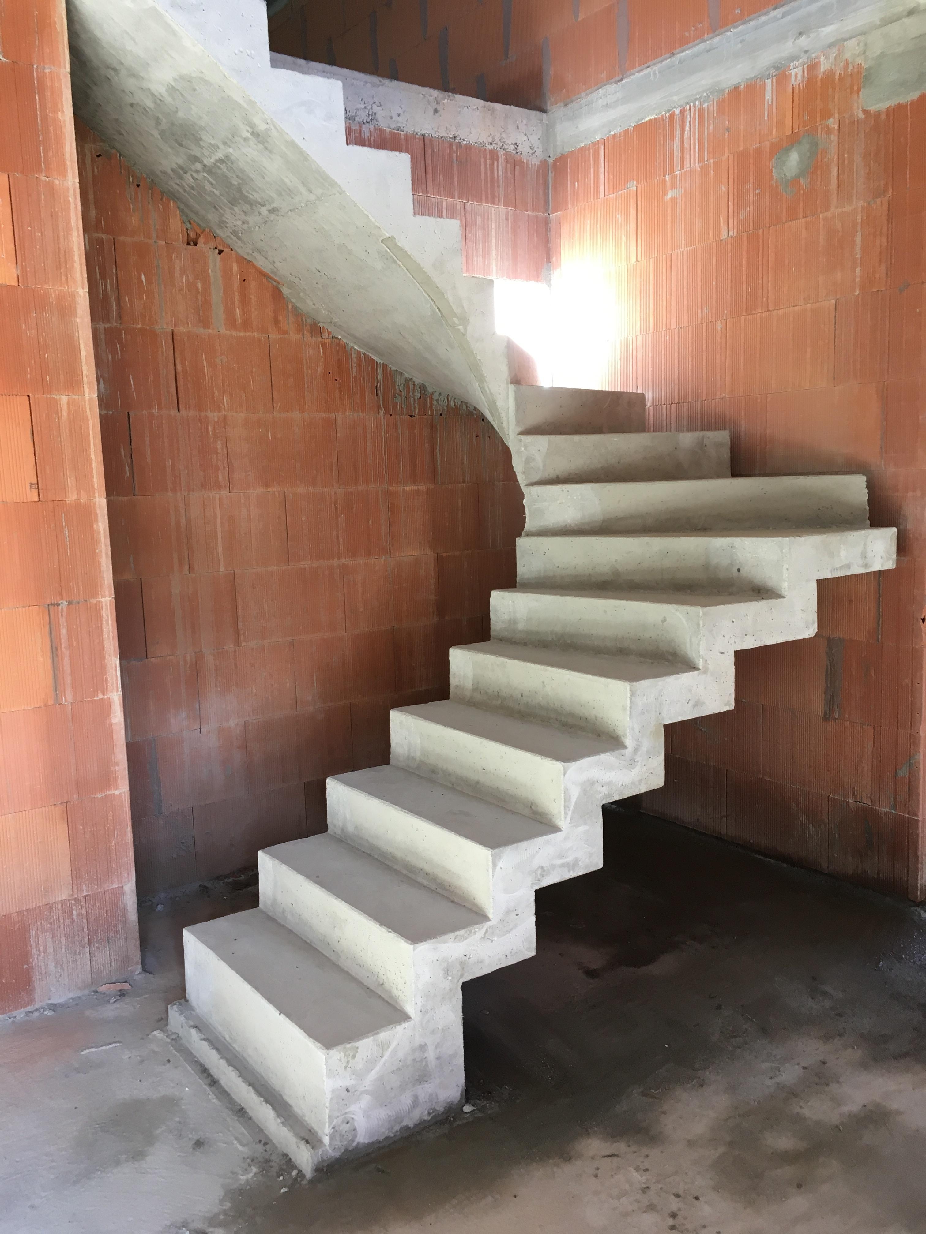 remarquable escalier graphique contemporain en béton brut de décoffrage A Eysines pour un constructeur