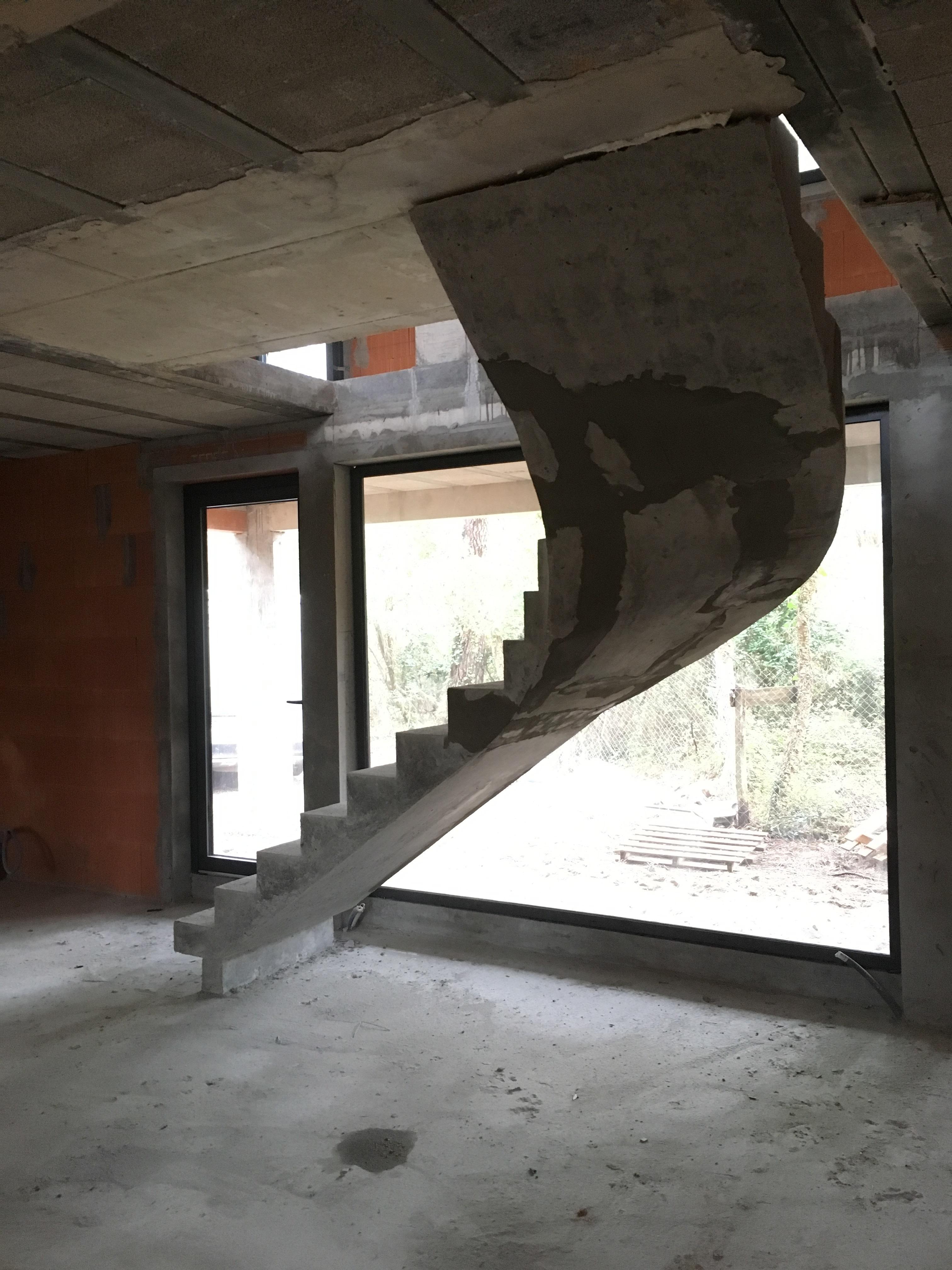 remarquable escalier hélicoïdal architectural en béton brut de décoffrage  à bordeaux  pour un particulier